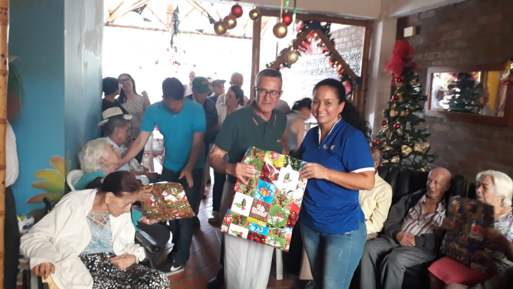 Navidad con abuelos de la fundación Apoyando Vidas